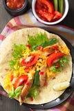 Pechuga de pollo y verduras mexicanas de la tortilla imagen de archivo
