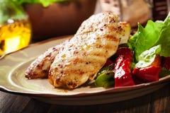 Pechugas de pollo asadas a la parrilla servidas con paprika asada a la parrilla Foto de archivo libre de regalías