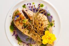 Pechugas de pollo servidas elegante en la placa blanca Fotografía de archivo libre de regalías