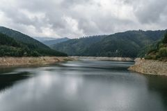 Pecingeanu Dambovita河的水坝湖 储积湖、小山和绿色森林背景 免版税库存照片