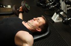Pecks d'addestramento di ginnastica dei dumbbbells Fotografia Stock Libera da Diritti