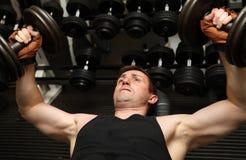 Pecks d'addestramento di ginnastica di dumbbells Immagini Stock Libere da Diritti