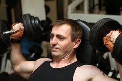 Pecks d'addestramento di ginnastica di dumbbells immagini stock