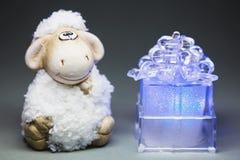 Pecore con il contenitore di regalo Immagini Stock Libere da Diritti