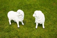 Pecore del fumetto sull'erba Immagini Stock