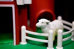 Pecore del giocattolo nel granaio rosso del giocattolo Fotografia Stock