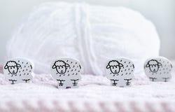 Pecore di legno e un rotolo di lana fotografie stock libere da diritti