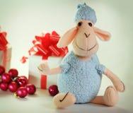 Pecore e contenitori blu di giocattolo con i regali per il Natale Fotografie Stock Libere da Diritti