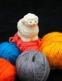 Pecore sopra le sfere di filato Fotografia Stock