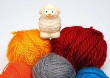 Pecore sopra le sfere di filato immagini stock