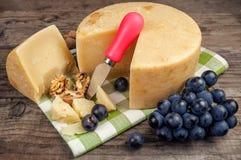 Pecorino乳酪和葡萄 免版税图库摄影