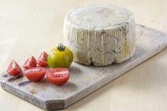Pecorino ost på trätabellen med röda och gröna tomater royaltyfria bilder