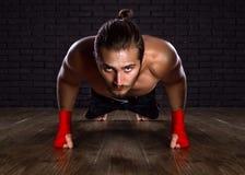 Pectorales de Doing del atleta Imagenes de archivo