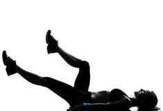 Pectorales de los abdominals de la postura de la aptitud del entrenamiento de la mujer Foto de archivo