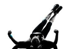 Pectorales de los abdominals de la postura de la aptitud del entrenamiento de la mujer Imagen de archivo libre de regalías