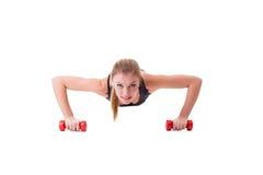 Pectorales sonrientes del atleta de sexo femenino en pesas de gimnasia Imagen de archivo