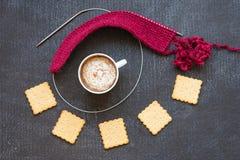 Ped πλέξιμο, φλιτζάνι του καφέ και κροτίδες Στοκ Φωτογραφία
