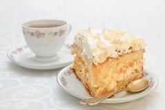 Pedaço de bolo com chantiliy branco e as amêndoas dispersadas sobre Foto de Stock