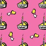 Pedaço de bolo com velas e teste padrão sem emenda dos corações Imagens de Stock