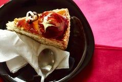 Pedaço de bolo delicioso no fundo vermelho e cor-de-rosa Foto de Stock Royalty Free