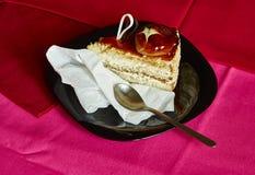 Pedaço de bolo delicioso no fundo vermelho e cor-de-rosa Fotos de Stock Royalty Free