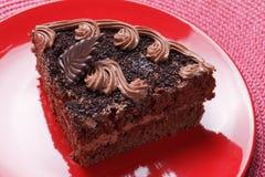 Pedaço de bolo na placa cerâmica vermelha Fotografia de Stock