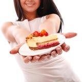 Pedaço de bolo nas mãos da mulher Fotografia de Stock Royalty Free
