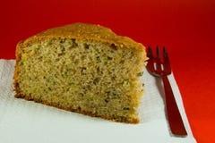 Pedaço de bolo no fundo vermelho Fotografia de Stock Royalty Free