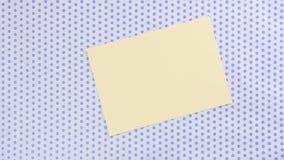 Pedaço de papel amarelo em um fundo pontilhado filme