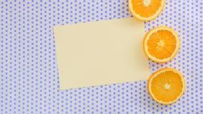 Pedaço de papel amarelo em um fundo pontilhado com as laranjas em torno dele video estoque