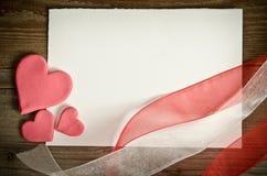 Pedaço de papel com corações e fitas Imagem de Stock
