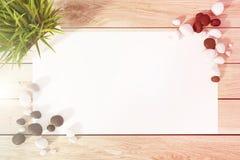 Pedaço de papel em uma tabela, um dobro da planta Imagens de Stock