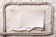 Pedaço de papel rasgado no papel esmagado velho Imagens de Stock