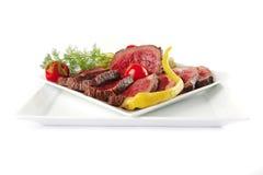 Pedaço e fatias da carne em placas Fotografia de Stock Royalty Free