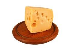 Pedaço grande do queijo amarelo na placa de madeira imagens de stock