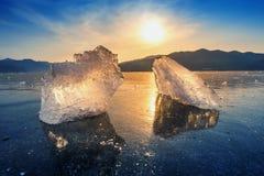 Pedaço muito grande e bonito do gelo no nascer do sol no inverno imagem de stock royalty free