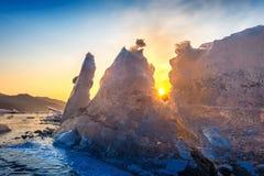 Pedaço muito grande e bonito do gelo no nascer do sol no inverno foto de stock