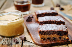 Pedaços de chocolate, barras de chocolate da manteiga de amendoim fotografia de stock