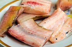 Pedaços de peixes crus em uma placa Foto de Stock Royalty Free