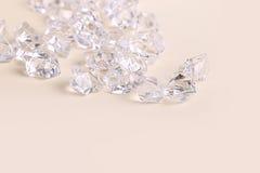 Pedaços de vidro dispersados do diamante em um fundo de creme Foto de Stock Royalty Free