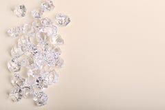 Pedaços de vidro dispersados do diamante em um fundo de creme Fotografia de Stock