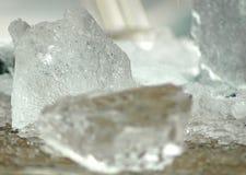 Pedaços do gelo em uma tabela de madeira Imagem de Stock
