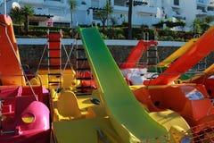Pedałowa łódź dla dzieciaków przy plażą Obraz Stock