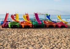 Pedałowe łodzie na Benidorm plaży zdjęcia royalty free