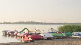 Pedałowe łodzie na marina zdjęcie stock