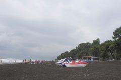 Pedaal-boten met waterdia's op het strand stock foto's