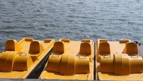 Pedaalboot aan wal Stock Afbeelding