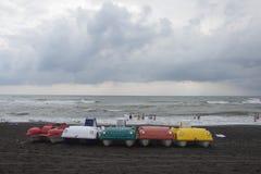 Pedaalboot met waterdia's op het strand stock afbeelding