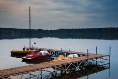 Pedaalboten op het meer royalty-vrije stock afbeeldingen