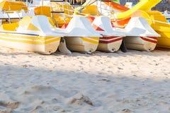 Pedaalcatamarans voor actieve recreatie op zandstrand Royalty-vrije Stock Foto